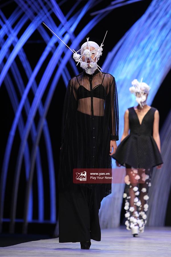 Người mẫu gần như khoe trọn phần thân trên trong chiếc áo phom rộng được thực hiện trên nền chất liệu xuyên thấu gợi cảm.