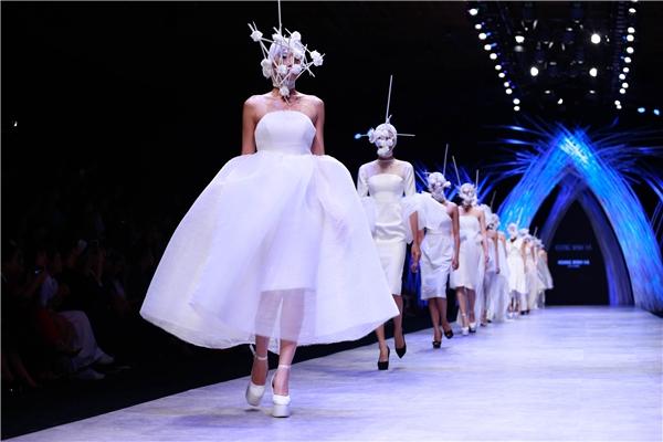 Ngoài màn trình diễn đơn lẻ, các người mẫu còn được sắp xếp đi đôi, đi ba hoặc thậm chí bốn trong những trang phục thoạt nhìn giống hệt nhau. Tuy nhiên,mỗi thiết kế đều có điểm nhấn riêng bởi những đường cắt tinh tế, hài hòa.