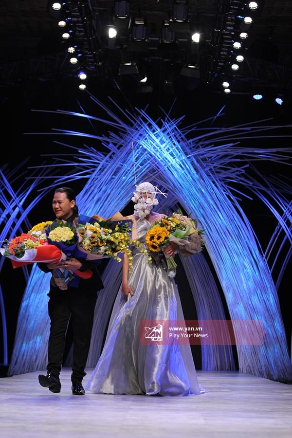 Người mẫu Mai Giang giữ vai trò vedette cho bộ sưu tập của Hoàng Minh Hà. Cô diện bộ váy bồng xòe với chất liệu ánh kim được dựng phom 3D ở phần ngực áo.