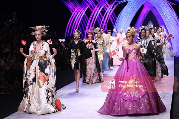 Phần chào kết thể hiện tinh thần hòa bình, hữu nghị đáng trân trọng khi các người mẫu vẫy chào với quốc kì hai nước Việt Nam và Nhật Bản trên tay.