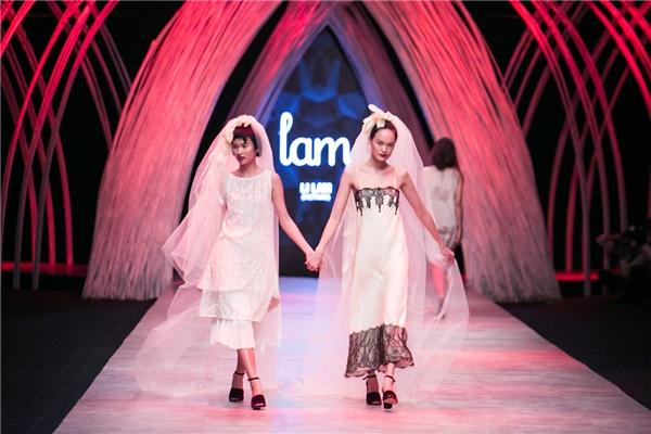 Hai người mẫu giữ vai trò chính diện váy trắng kết hợp khăn voan dài điệu đà tay trong tay toát lên vẻ hạnh phúc. Tông màu trung tính, tinh khôi làm tôn lên nét thanh lịch, trẻ trung của người phụ nữ hiện đại. Đây cũng chính là thông điệp về ủng hộ hôn nhân đồng tính màLi Lam muốn gửi gắmqua bộ sưu tập của mình.