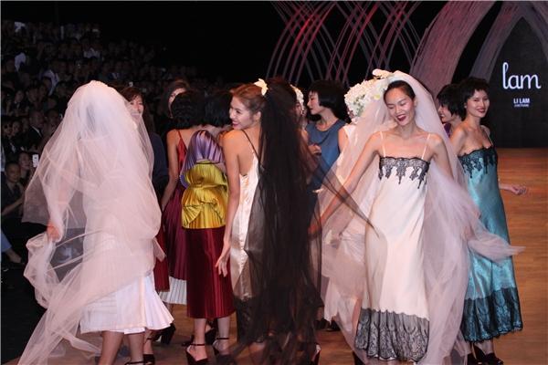 """Khi BST của """"người đàn bà điên"""" Li Lam kết thúc khi các người mẫu xuất hiện đồng loạt và nhảy nhót theo điệu nhạc. Qua bộ sưu tập này, ngoài việc thể hiện vẻ đẹp,Li Lam còn muốn gửi gắm thông điệp: người phụ nữ phải biết yêu thương và trân trọng bản thân mình."""
