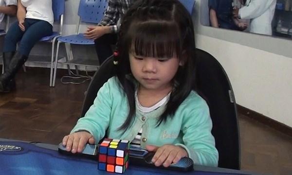 Cô bé 3 tuổi với bàn tay nhỏ nhắn nhưng tốc độ cực nhanh trong trò chơi rubik. (Nguồn: Internet)