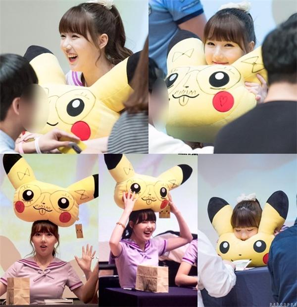"""Yerin (Gfriend) bị cư dân mạng """"lên án"""" mạnh mẽ vì """"cả gan"""" vẽ bậy lên thú nhồi bông Pikachu do fan tặng. Không chỉ vậy, việc cô nàng cười hay nháy mắt trước máy quay cũng không được chấp nhận."""