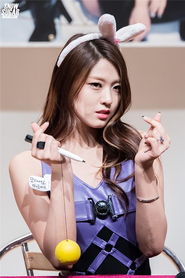 """Nhắc đến AOA, có lẽ mọi người chỉ biết đến Seolhyun. Chính vì lí do ấy mà cô nàng luôn trở thành tâm điểm bàn tán của cư dân mạng. Không chỉ bị chỉ trích vì tự nhận bản thân là """"Suzy thứ hai"""", Seolhyun còn nhận về cả """"núi gạch"""" khi bị tố giả bộ yếu đuối, khóc lóc lúctham gia chương trình truyền hình."""