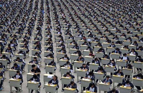 Một kỳ thi trung học phổ thông tại tỉnh Thiểm Tây. Nhà trường đã tổ chức kỳ thi này ở ngoài trời do không đủ chỗ trong nhà cho học sinh.