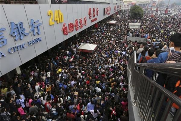 """Hành khách đứng đợi trước cửa nhà ga Trịnh Châu trong ngày đầu tiên của """"Tuần lễ vàng"""" - Lễ kỷ niệm Quốc khánh Trung Quốc."""