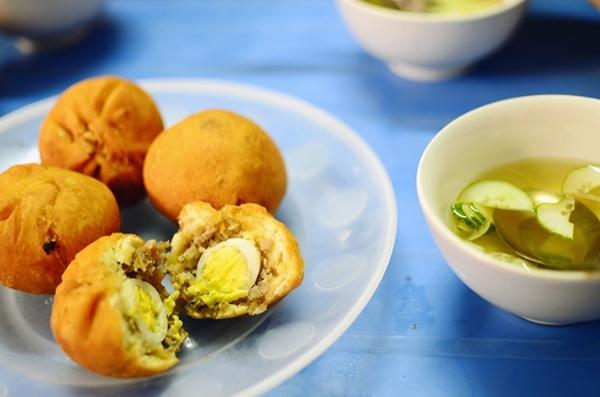 Mỗi chiếc bánh bao chiên có giá khoảng 8.000 đồng. Bạn có thể tìm mua ở Nguyễn Trường Tộ, Tập thể Kinh tế Quốc dân, Trần Đại Nghĩa... (Ảnh: Internet)