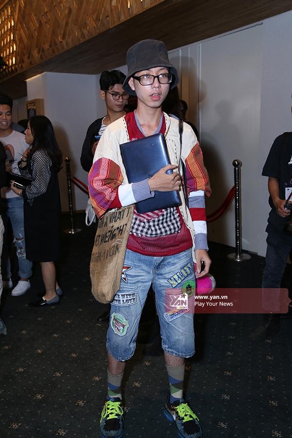 Châu Thế Phong - một phóng viên với gu thời trang khác lạ. Bộ trang phục được kết hợp nhiều lớp cùng sự đan xen các tông màu nổi, bắt mắt.