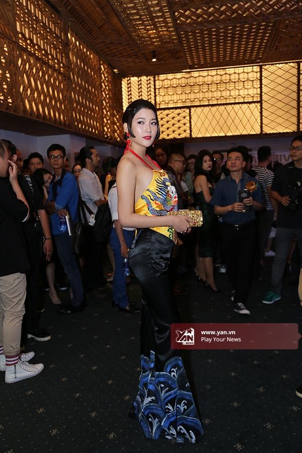 Cô gái này thật sự trở thành tâm điểm giữa đám đông khi diện bộ trang phục có họa tiết rồng phượng, thuần chất Á đông.