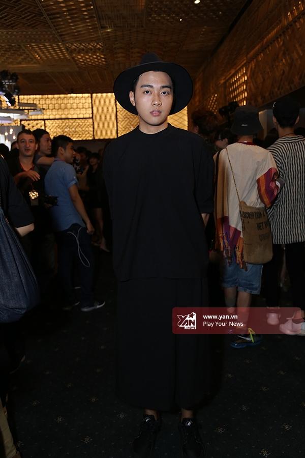 Chàng trai này với cả cây đen được chọn phối tinh tế theo phong cách thời trang lưỡng tính đang thịnh hành.