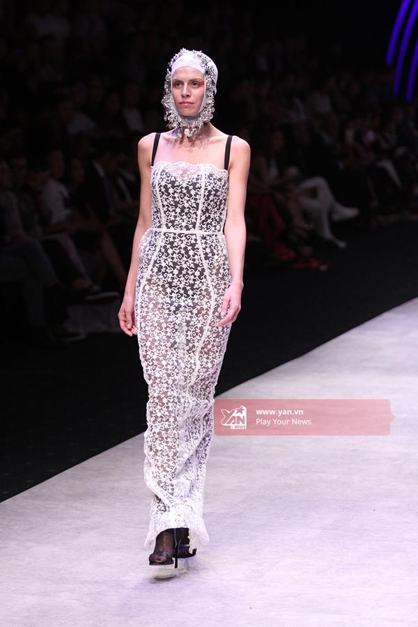 Bộ váy với chất liệu ren xuyên thấu mỏng tang gợi cảm.
