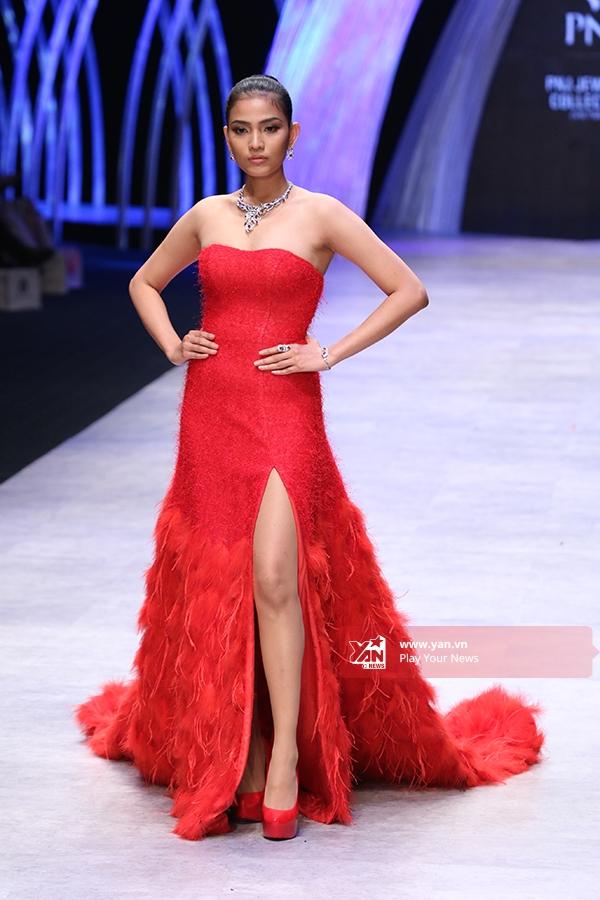 Á hậu Trương Thị May lại giữ vị trí đinh với bộ váy đỏ xẻ tà cầu kì. Hiện tại cô cũng là gương mặt đại diện cho thương hiệu trang sức này.