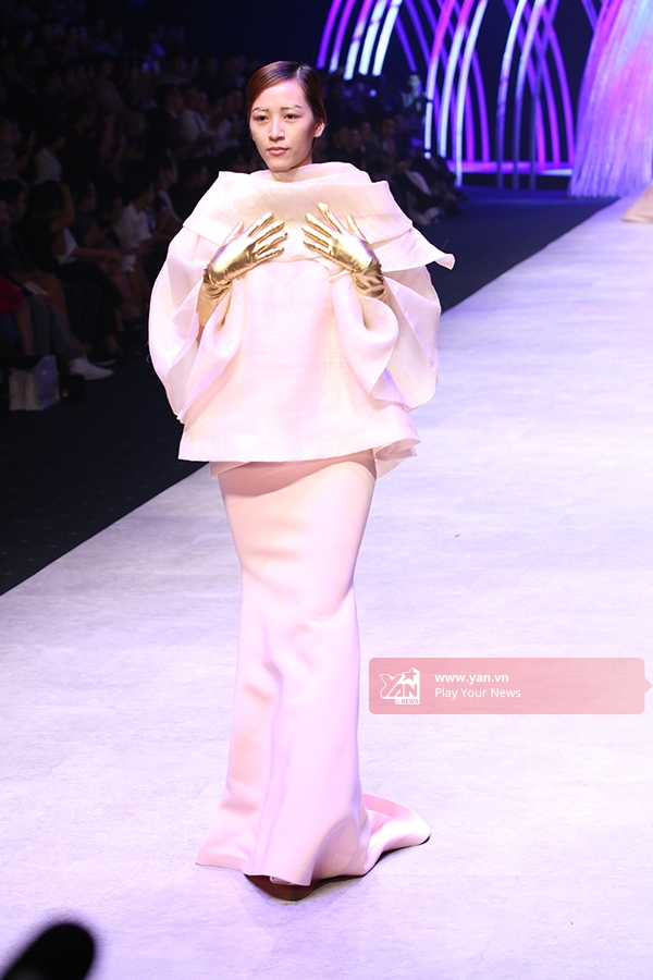 Sự kết hợp lạ mắt giữa áo phom rộng cùng chân váy đuôi cá dài cổ điển.