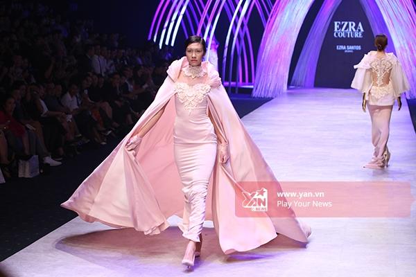 Nguyễn Oanh diện bộ váy với phần áo choàng rộng làm gợi nhớ đến hình ảnh của người phụ nữ quyền quý thời xưa.