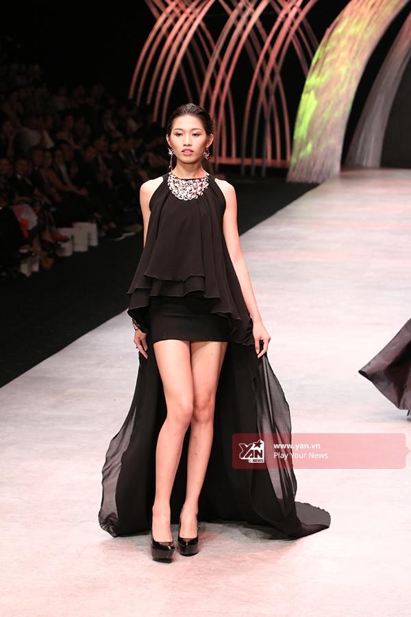 Chế Nguyễn Quỳnh Châu diện bộ váy đen với kiểu dáng mới lạ.