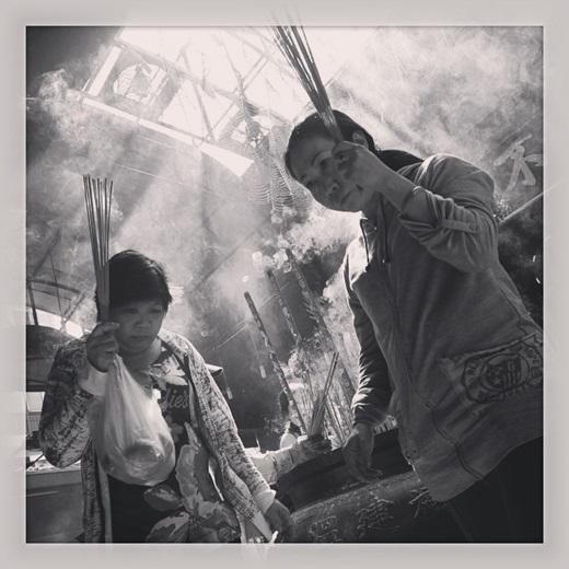 Những người phụ nữ thường xuyên đến các ngôi chùa, đền, miếu người Hoa nổi tiếng linh thiêng ở Chợ Lớn để cầu an.(Nguồn IG @fomography)