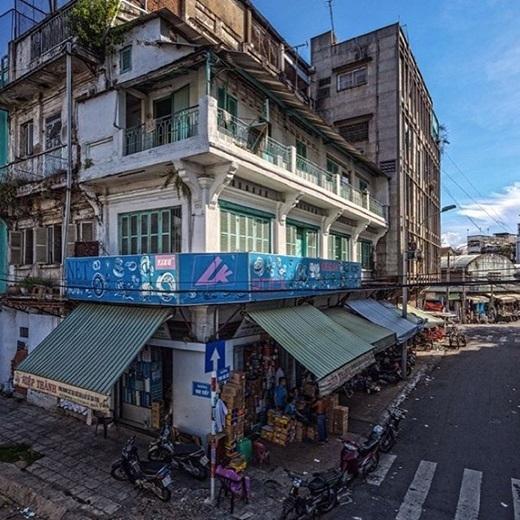 Những tòa nhà cũ rêu phong là điểm nhấn đặc sắc của Chợ Lớn, gợi nhắc một thời gắn bó, đồng cam cộng khổ cùng thành phố trẻ.(Nguồn IG @saigonsnaps)