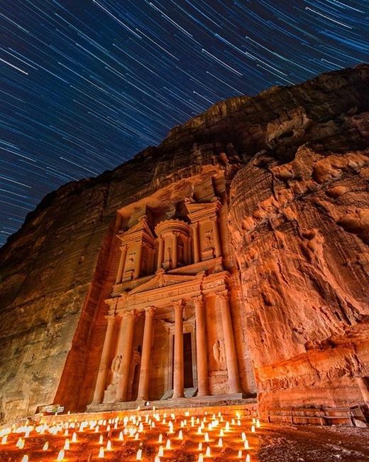 Có những đêm trời đầy sao băng, bên dưới là hàng vạn ngọn nến lấp lánh, kho bạc ở Petra, Jordan chợtlộng lẫy như một cung điện. (Nguồn Internet)