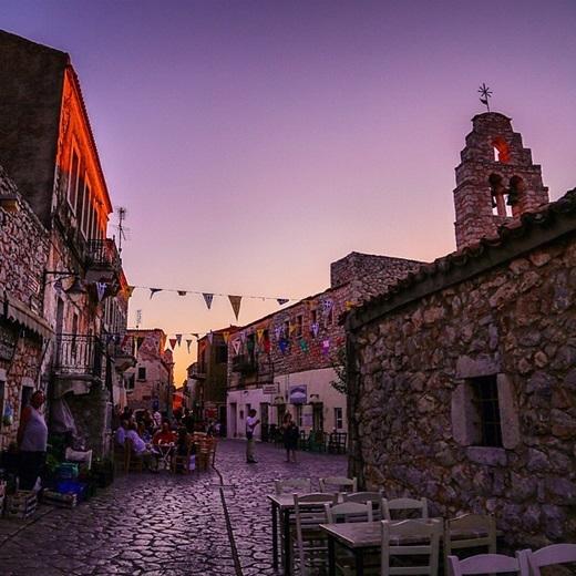 Sắc tím hoàng hôn càng làm cho thị trấn nhỏAreopolis ở Hi Lạp càng thêm phần mờ ảo, quyến rũ.(Nguồn Internet)