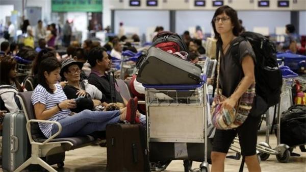 Hành khách mệt mỏi ngồi chờ tại các sân bay. Ảnh: Internet