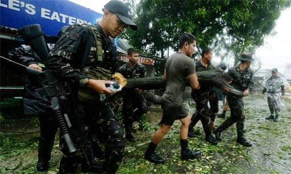 Lực lượng chức năng được huy động để hỗ trợ người dân và dọn dẹp hậu quả do bão gây ra. Ảnh: Internet