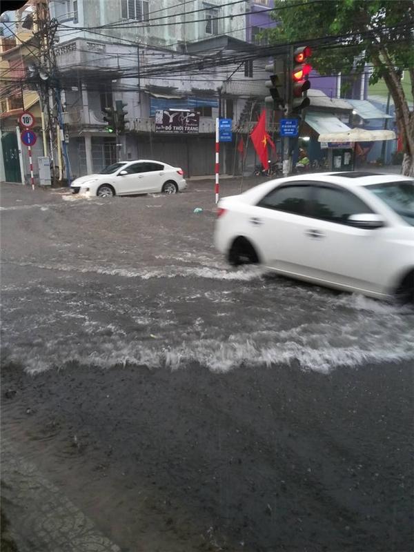 Nhiều tuyến đường tại Vĩnh Long chìm trong biển nước vào chiều nay. Ảnh: FB