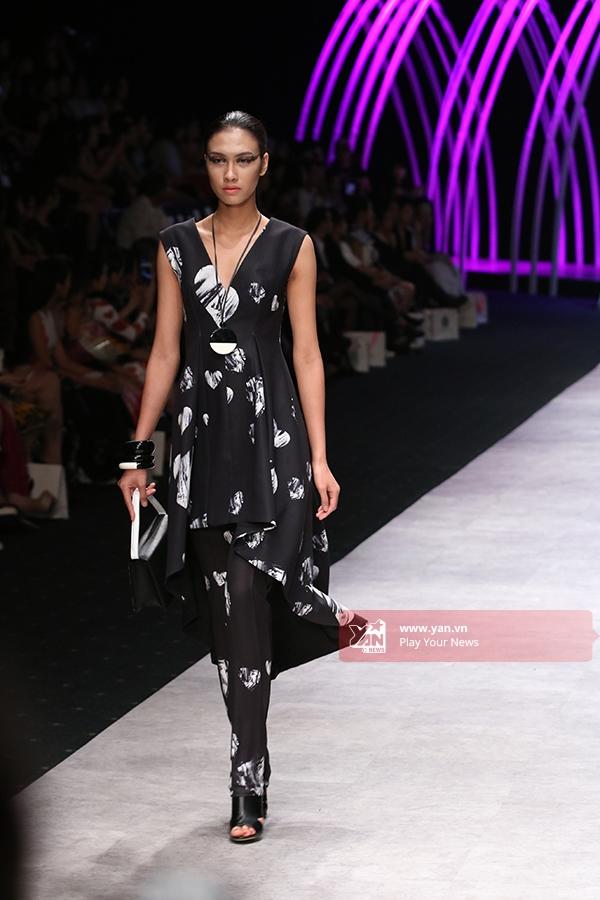 Nguyễn Oanh diện váy mullet kết hợp quần ôm cá tính, mạnh mẽ.