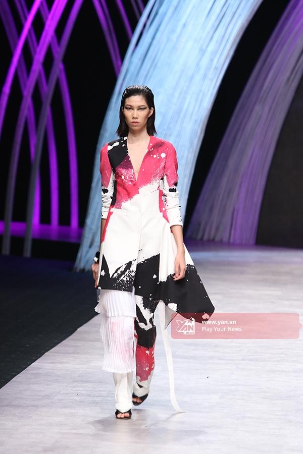 Một vài mẫu thiết kế kết hợp họa tiết nhuộm loang màu hay được phủ sắc hồng ngọt ngào, nổi bật.