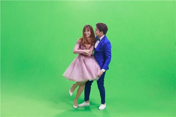 Cảnh quay nhảy nhót khiến B Trần ngượng ngùng trước Hari. - Tin sao Viet - Tin tuc sao Viet - Scandal sao Viet - Tin tuc cua Sao - Tin cua Sao