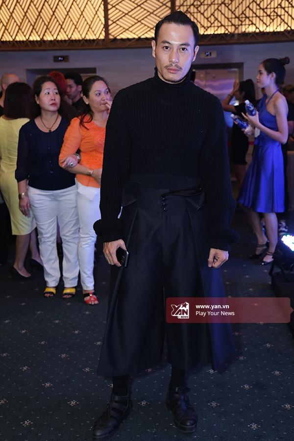 Nhà thiết kế Trương Thanh Long nam tính, mạnh mẽ dù diện bộ trang phục có hơi hướng nữ tính.