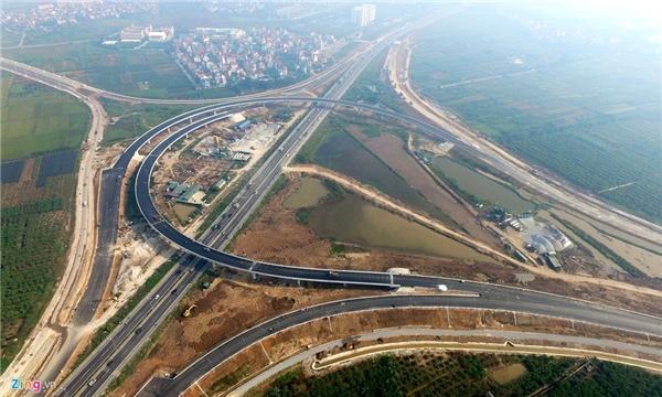 Trong ảnh là điểm đầu của cao tốc tại địa phận Hà Nội, nơi giao cắt với đường vành đai 3 (đường dẫn lên cầu Thanh Trì) và quốc lộ 5 tạo thành một vòm cầu khổng lồ hình móng ngựa.