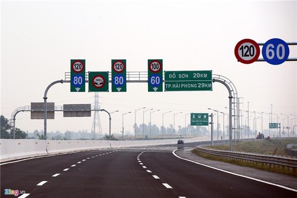Vận tốc tối đa trên tuyến cao tốc này là 120 km/h, khoảng cách tối thiểu giữa các xe là 100 m. Các loại ôtô có tốc độ thiết kế dưới 60 km/h, xe máy, xe thô sơ không được đi vào đây. Mặt đường cao tốc được sử dụng lớp tạo nhám có độ ma sát lớn (dày 5 cm phủ trên bề mặt bê tông nhựa) để đảm bảo an toàn cho xe chạy tốc độ cao. Vì vậy, chủ dự án khuyến cáo tài xế phải thường xuyên kiểm tra các thiết bị an toàn và lốp xe trước khi lưu thông vào đường cao tốc.