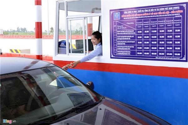 Trạm thu phí này có cả làn thu tự động lẫn nhân viên trực tiếp phát thẻ thu tiền. VIDIFI cho hay, doanh nghiệp này đang áp dụng mức phí tiêu chuẩn 1.500 đồng/km.