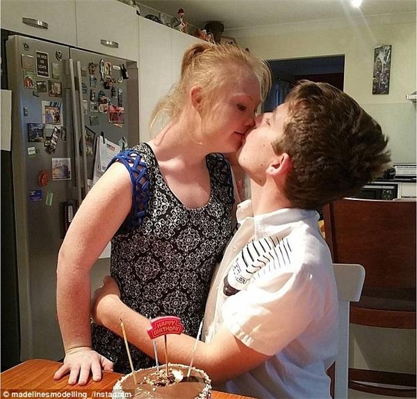 Cặp đôi hạnh phúc trong ngày sinh nhật củaRobbie. (Ảnh: Internet)