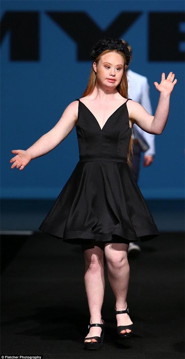 Madeline tự tin trên sàn catwalk. (Ảnh: Internet)