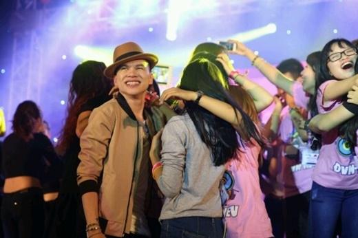Sinh viên Kinh Tế Quốc Dân tưng bừng với đêm nhạc What's Up 3