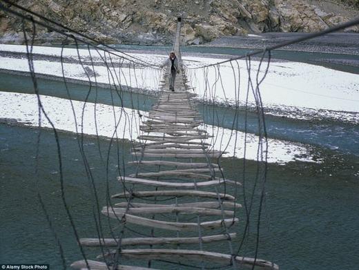 Còn đây là cây cầu treo Hussaini bắc qua sông Hunza ở vùng núi Karakoram của Pakistan. Nguyên liệu chính để làm ra nó là… dây thép và nhiều mảnh gỗ, thậm chí cả những que củi. (Ảnh: Internet)