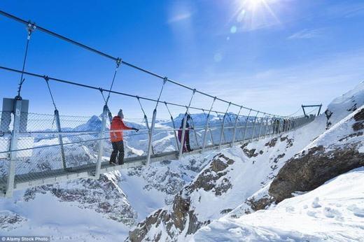 Cũng tại Thụy Sĩ, cây cầu Titlis Cliff Walk cao tới hơn 3000m so với mặt nước biển. Người ta có thể ngắm tuyết trắng xóa khi đứng trên đây. (Ảnh: Internet)