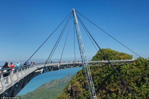 Cây cầu độc đáo này mang tênLangkawi Sky, được xây dựng trên đỉnh núi Machinchang của Mã Lai. (Ảnh: Internet)