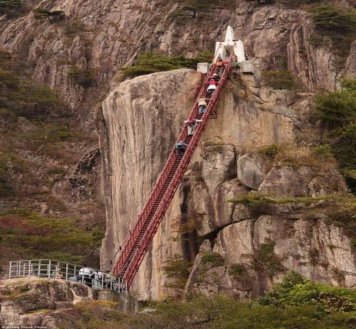 Một cây cầu hình chiếc thang màu đỏđộc đáo ở Hàn Quốc. (Ảnh: Internet)