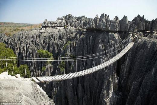 Chiếc cầu được dựng trên hai vách núi cheo leo, bên dưới là vực thẳm thuộc vườn quốc gia Tsingy de Bemaraha ở Madagascar. Tất nhiên, nó không dành cho người yếu tim. (Ảnh: Internet)