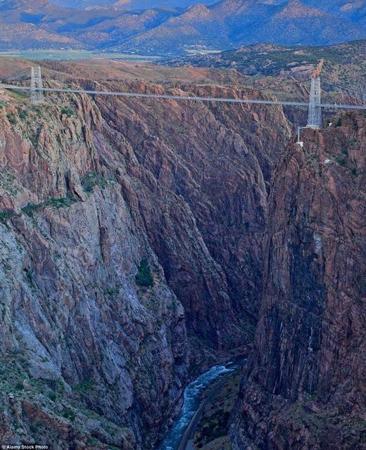 Tại bang Colorado có một cây cầu cao tới 320m mang tên Royal Gorge. Được biết, đây là cây cầu treo cao nhất nước Mỹ. Rất khó để những người sợ độ cao đi qua đây bởi 2 bên là vách đá dựng đứng, phíadưới cócon suối với dòng chảymạnh. (Ảnh: Internet)