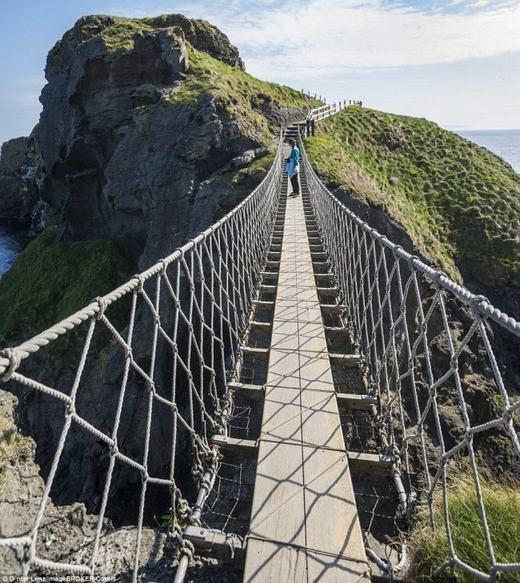 Hiện cây cầu Carrick-a-Rede Ropeở Bắc Ireland này có 2 tay vịn. Tuy nhiên, trước đây nó chỉ có 1 và rất nhiều người không dám đi qua. (Ảnh: Internet)
