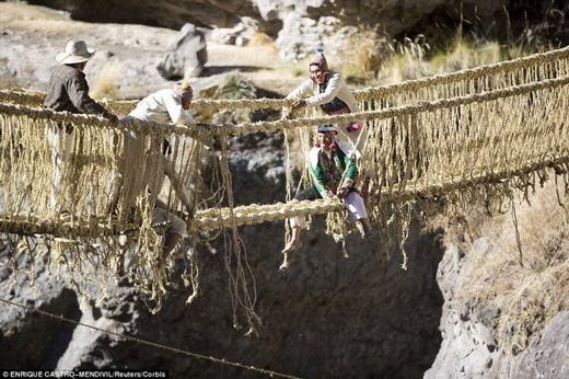 Còn đây là cây cầu Qeswachaka ở Peru được làm từ dây thừng theo cách truyền thống của người Inca. (Ảnh: Internet)