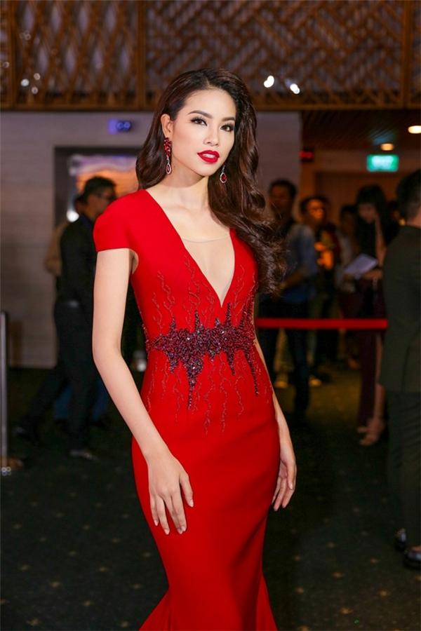 Trên thảm đỏ ngày thứ hai, Hoa hậu Hoàn vũ Việt Nam 2015 Phạm Hương trở thành tâm điểm khi diện bộ váy đuôi cá tông đỏ nổi bật kết hợp chi tiết đính kết kì công, tỉ mỉ. Với tỉ lệ cơ thể cân đối, những dáng váy ôm sát luôn giúp người đẹp xứ cảng tỏa sáng.