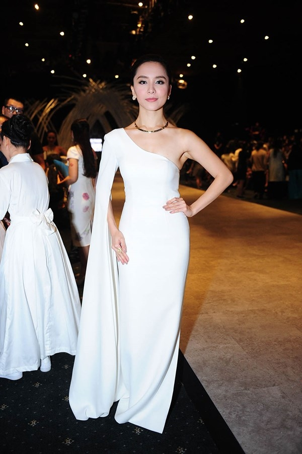 Á hậu Dương Trương Thiên Lý cũng không hề kém cạnh đàn em khi chọn bộ váy trắng lệch vai gợi cảm. Sự đơn giản, sang trọng từ thần thái cho đến vẻ ngoài luôn giúp cô tỏa sáng.