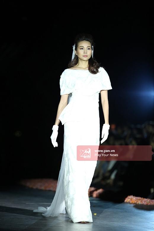 Trong bộ sưu tập của Phương My cô lại mang đến một hình ảnh nhẹ nhàng hơn trong bộ váy trắng có thiết kế cổ điển, đơn giản.