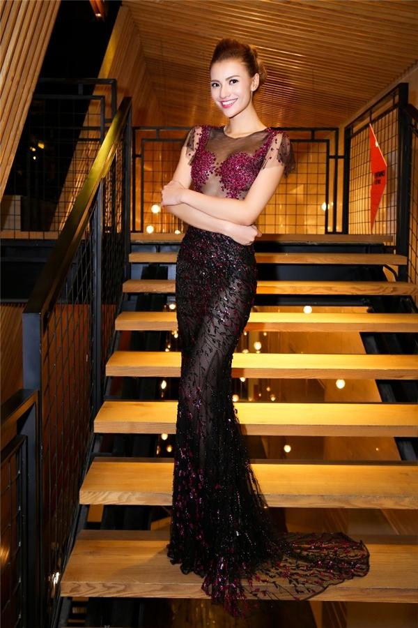 Cùng tham dự đêm tiệc thời trang này với Thùy Dung còn có chân dài đình đám Hồng Quế. Cô diện bộ váy xuyên thấu gợi cảm, táo bạo với hai tông màu tím, đen sang trọng của nhà thiết kế Hoàng Hải.