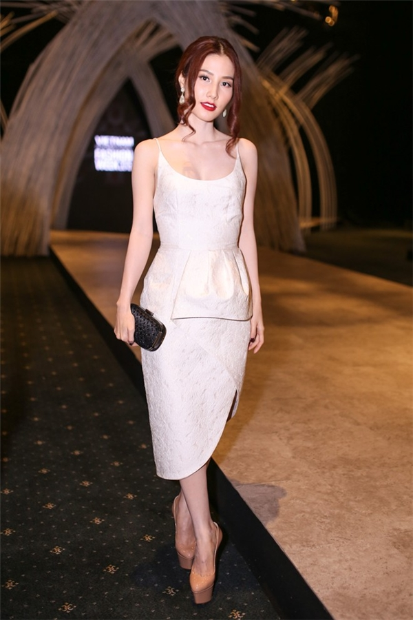 Diễm My 9x luôn là nhân vật xuất hiện trên hàng ghế đầu của sự kiện thời trang lớn nhất năm 2015 này. Bộ váy cocktail khá đơn giản nhưng với cấu trúc, cách dựng phom bất đối xứng độc đáo mang đến vẻ ngoài hiện đại, trẻ trung hơn cho nữ diễn viên xinh đẹp, tài năng.